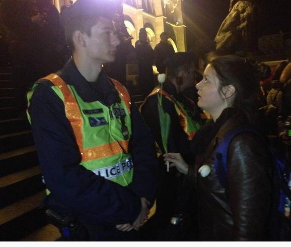 a tüntetők fehér tulipánt adtak a rendőröknek